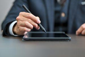 従業員など代表者以外の電子署名の押印は有効?代表者変更方法も紹介