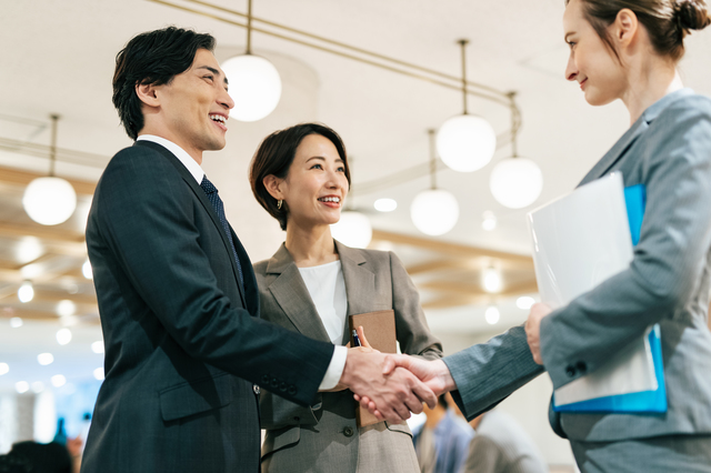 外国企業との契約も電子契約書でカバー可能?海外現地法人を有する日系企業が電子契約書を導入するメリットは?英文契約書と電子契約書の関係について紹介